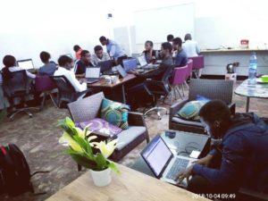 des jeunes entrain de travailler dans les locaux de itot africa